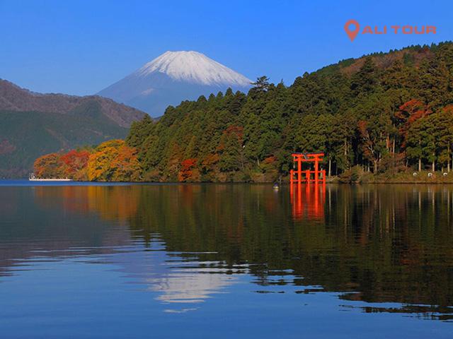 Cảnh quan nên thơ, hữu tình của hồ Ashi vào thu