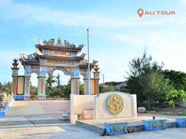 Tham quan tại đền thờ Công chúa Bàn Tranh