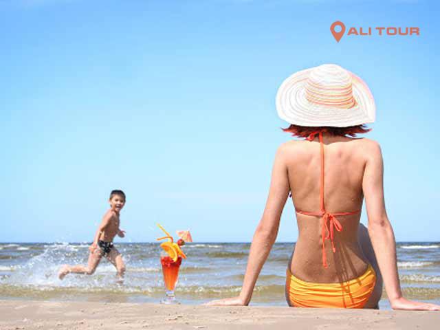 Tắm biển tại bờ biển Nha Trang xinh đẹp