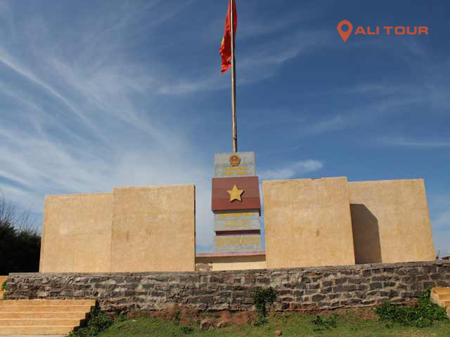 Tham quan cột cờ Phú Quý